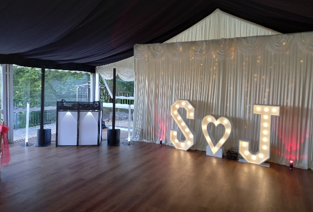 How to find the perfect wedding DJ
